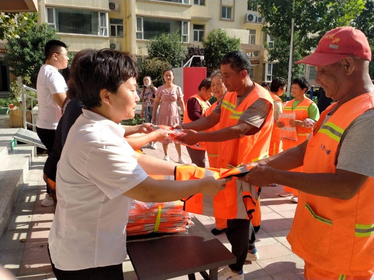 盐湖区圣惠绿城社区联合市服装行业协会320件衣物赠予环卫工